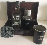 Truhla Jack Daniel´s NO7 0,7l + spona + plácačka + 2 plech. kelímky
